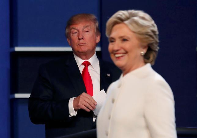 10月23日、米大統領選の民主党候補ヒラリー・クリントン氏は、選挙結果を受け入れると明言しなかった共和党候補のドナルド・トランプ氏は潔く負けを受け入れられない人物と指摘した。写真は19日、ネバダ州ラスベガスでの米大統領選第3回(最終)討論会で撮影(2016年 ロイター/Mike Blake)